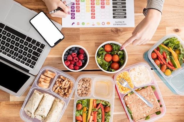 Gráficos e alimentos orgânicos em lancheiras