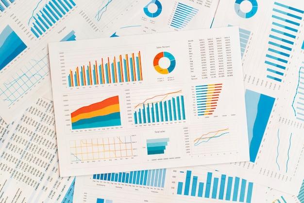 Gráficos e tabelas de negócios na mesa. desenvolvimento financeiro, conta bancária, estatísticas