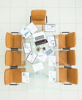 Gráficos financeiros, gráficos de marketing, cadernos e canetas no local de trabalho