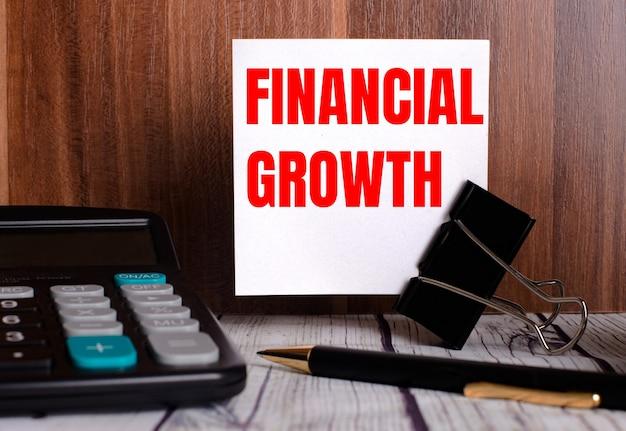 Gráficos financeiros mostrando receita crescente na tela de toque