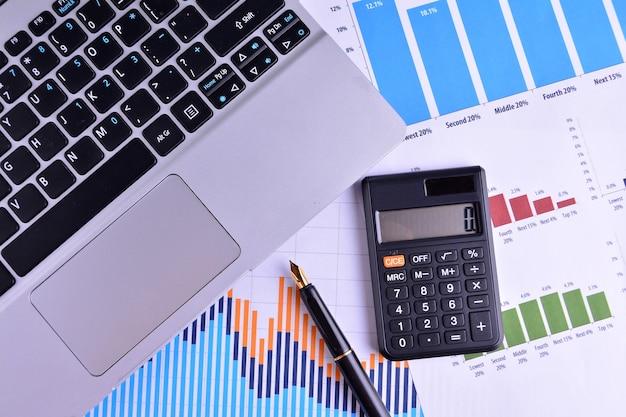 Gráficos, gráficos, mesa de negócios. o local de trabalho dos empresários