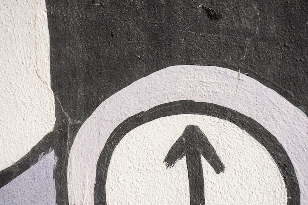 Grafite de rua com seta e fundo colorido