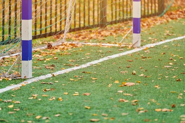 Grama artificial em campo esportivo com gol de futebol