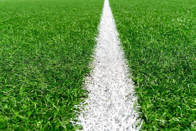 Grama artificial verde com linha branca