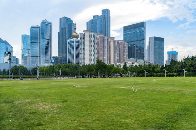 Gramado do parque e arquitetura urbana moderna em qingdao, china