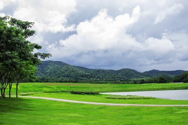 Gramados e lagoas nas montanhas.