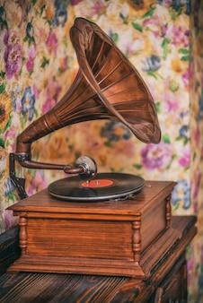 Gramofone antigo no fundo de paredes brilhantes