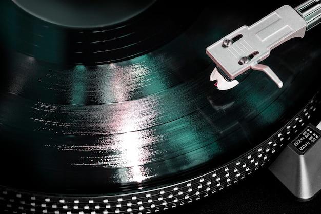 Gramofone com disco de vinil, close