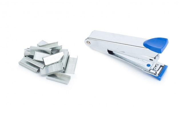 Grampeador aço cor azul e grampos isolados no fundo branco
