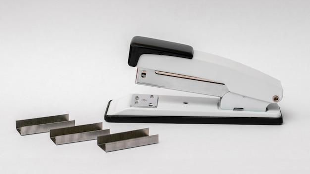 Grampeador com grampos em um fundo branco. acessórios de escritório_
