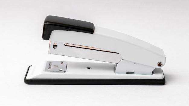 Grampeador em um fundo branco. acessórios de escritório_