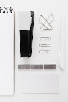 Grampeador preto com clipes e adesivos