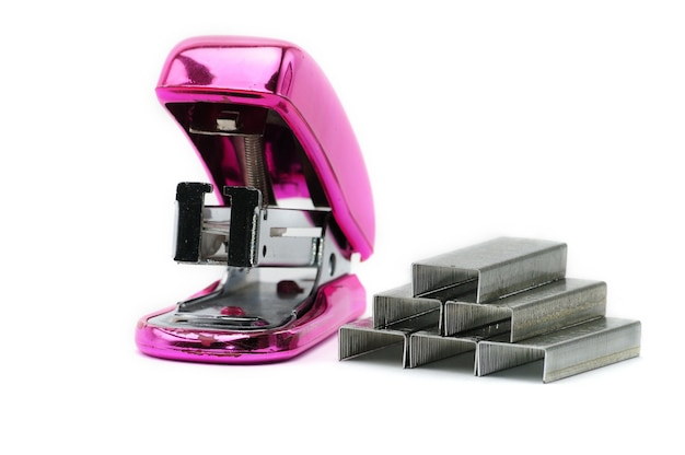 Grampeador rosa de escritório isolado