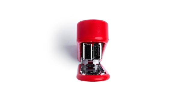 Grampeador vermelho sobre fundo branco. foto de alta qualidade