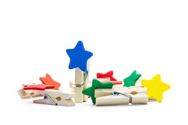 Grampo de madeira colorido isolado no fundo branco. clips de cores em forma de estrela.