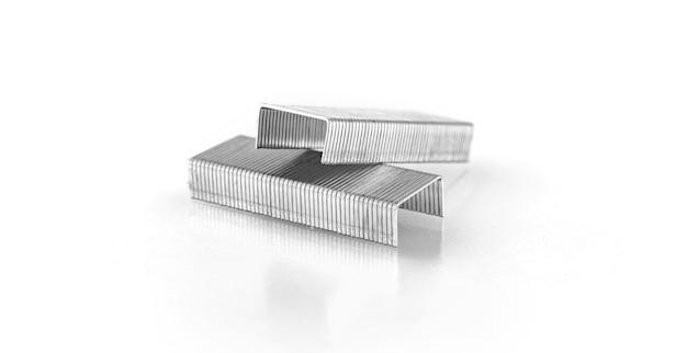 Grampos de grampos isolados em um fundo branco