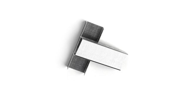 Grampos de metal em um fundo branco. foto de alta qualidade