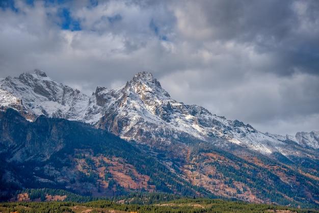 Grand teton mountain range depois de uma queda de neve no outono