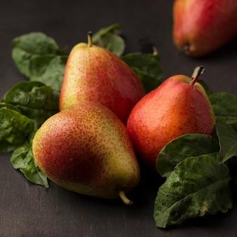 Grande angular arranjo de deliciosas peras