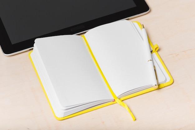 Grande ângulo da agenda na mesa com espaço de cópia