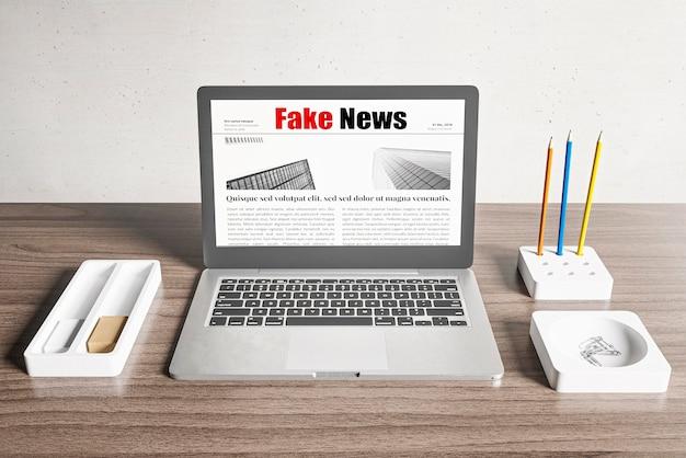 Grande ângulo da mesa com laptop e notícias falsas