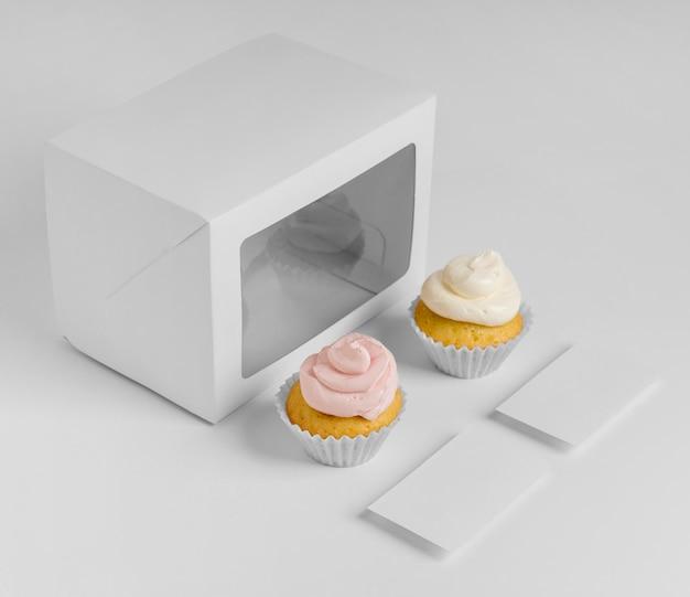 Grande ângulo de cupcakes com embalagem e caixa