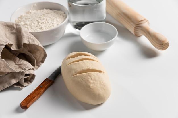 Grande ângulo de massa de pão com ingredientes