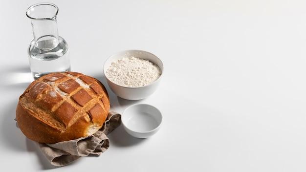 Grande ângulo de pão assado com ingredientes e espaço de cópia
