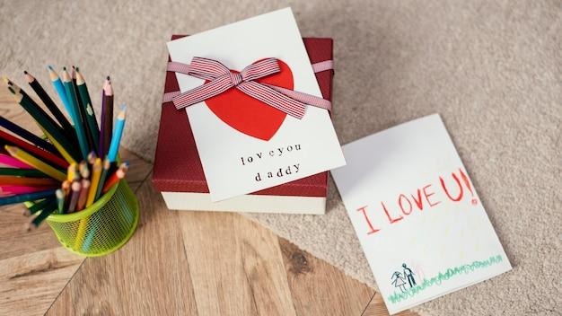 Grande ângulo de presente com cartão e lápis para o dia dos pais