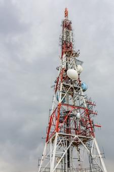 Grande antena em um dia nublado