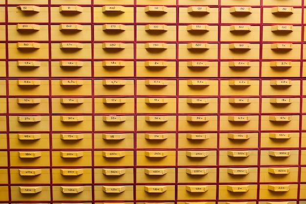Grande armário amarelo com células