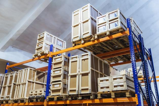 Grande armazém de caminhões. loja por atacado com caixas de papelão