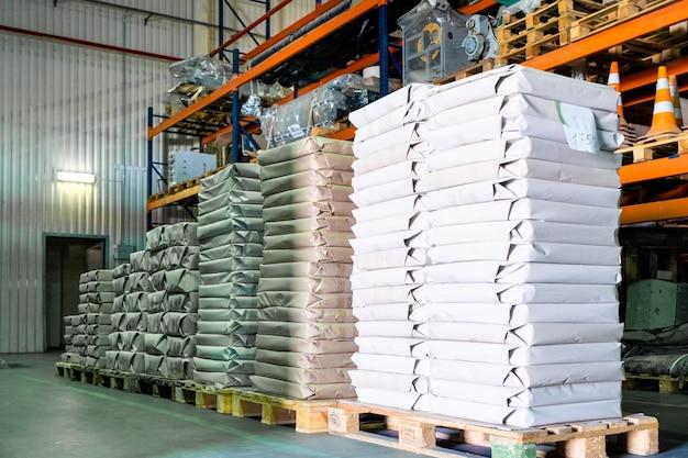 Grande armazém de produção com rolos de papel e material de impressão