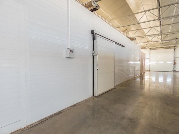 Grande armazenamento do congelador na fábrica. porta fechada do armazém