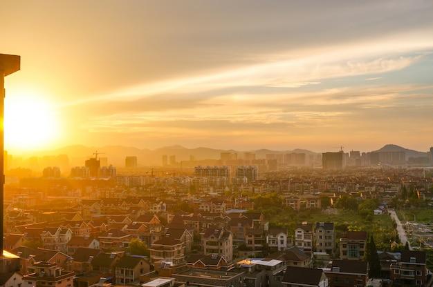 Grande arquitectura da cidade no nascer do sol