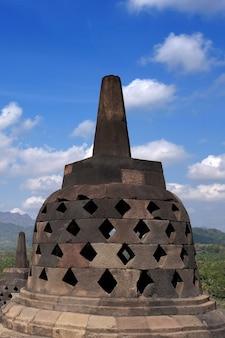 Grande arquitetura religiosa do templo budista de borobudur em magelang central java, na indonésia