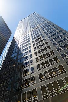 Grande arranha-céu de vidro e concreto.