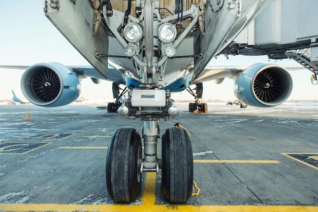 Grande avião embarcando no aeroporto internacional