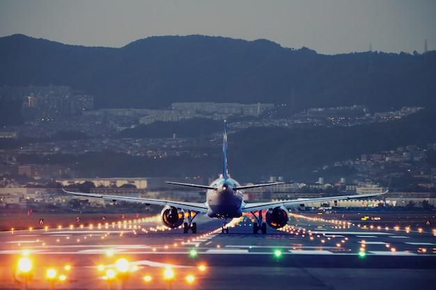 Grande avião pousando no aeroporto de itami em osaka, japão