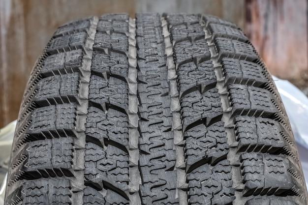 Grande banda de rodagem de pneu de carro. pneus de inverno. detalhe da roda do carro