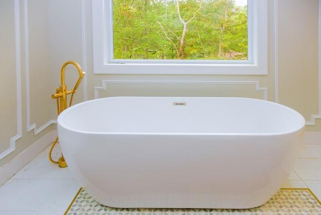 Grande banheiro mobiliado em casa de luxo com banheira