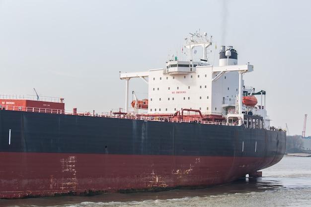 Grande barco de contêineres de carga
