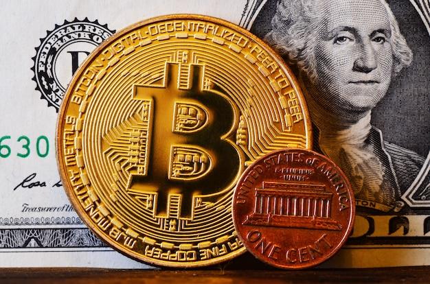 Grande bitcoin e centavo americano contra o pano de fundo do dólar americano