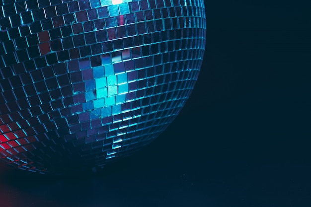 Grande bola de discoteca close-up no escuro