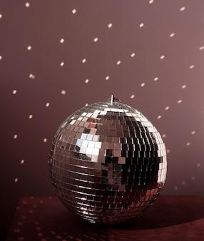 Grande bola de discoteca no chão marrom com luzes