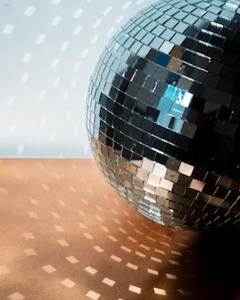 Grande bola de discoteca no chão