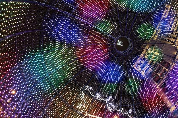 Grande bola de natal nas luzes coloridas no centro de moscou