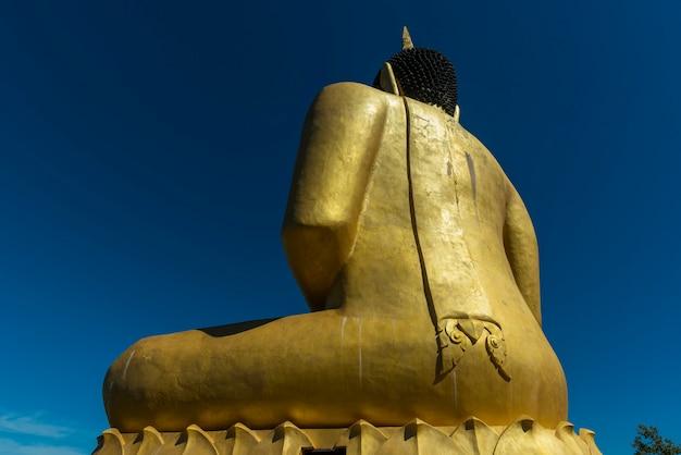 Grande buda no templo do rio mekong.