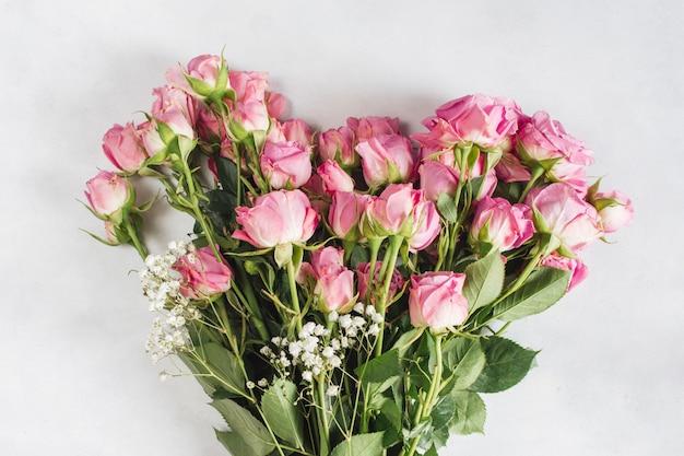Grande buquê de flores frescas e bonitas
