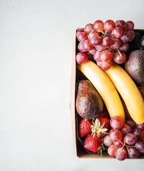 Grande caixa de papelão com frutas frescas